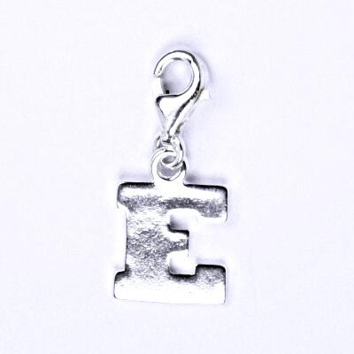 Stříbrný přívěšek písmenko E na karabince, P 904