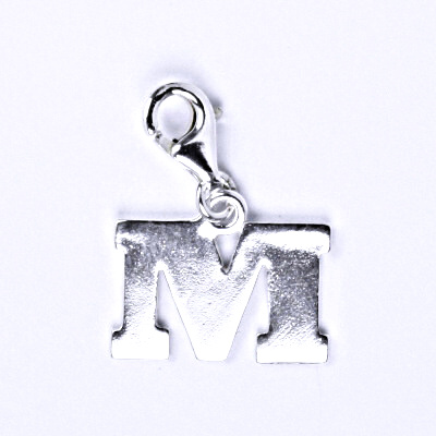 Stříbrný přívěšek písmenko M na karabince, P 904