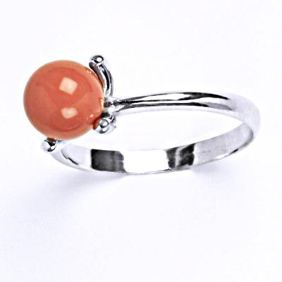 Stříbrný prsten se Swarovski perlou coral T 1400