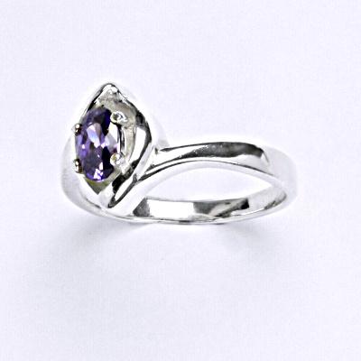 Stříbrný prsten s syntetickým ametystem, T 1232
