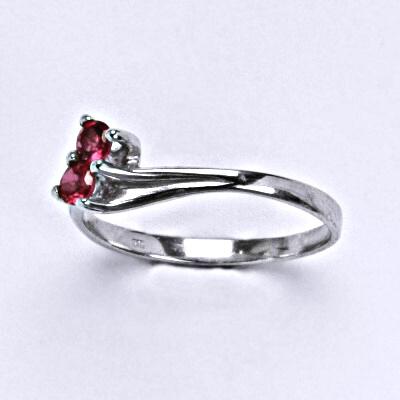Stříbrný prsten se syntetickým rubínem, T 1393