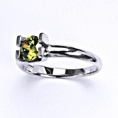 Stříbrný prsten se syntetickým olivínem, T 1273