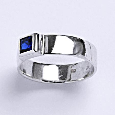 Stříbrný prsten prsten se spinelem 4x4 mm, T 1062 S
