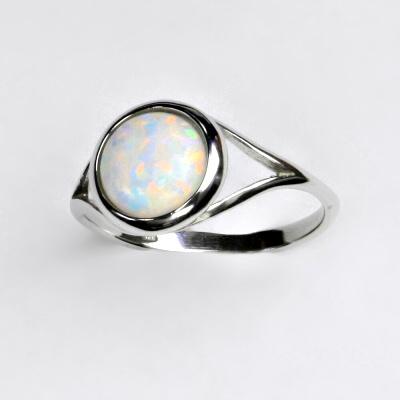 Zlatý prsten, bílé zlato, syntetický bílý opál, T 1503