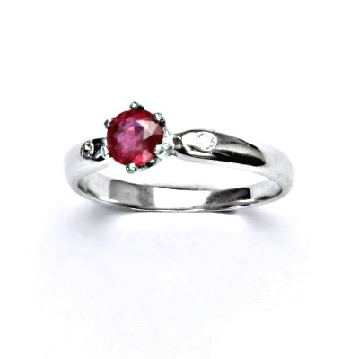Zlatý prsten s čirými zirkony a přírodní rubín, bílé zlato, VLZDR048