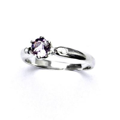 Zlatý prsten s diamanty a přírodním světlým ametystem, bílé zlato, VLZDR048