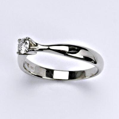 Zlatý prsten s briliantem (diamantem),zásnubní, bílé zlato 14 kt, váha 2,76g VLZDR117