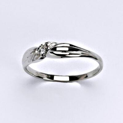 Zlatý prsten s briliantem (diamantem), bílé zlato 14 kt, T 1481