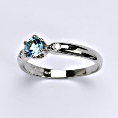 Zlatý prsten s briliantem (diamant) a topazem,bílé zlato 14 kt, váha 2,26 g , VLZDR048