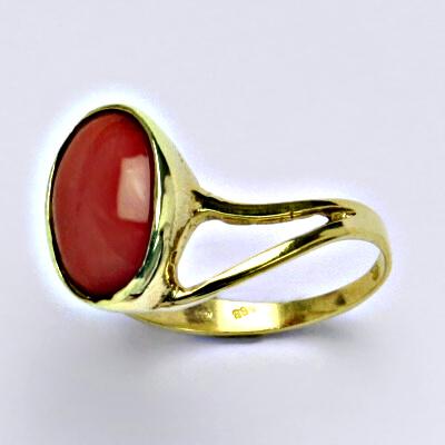 Prsten žluté zlato, přírodní korál červený, váha 3,28 g, vel.54