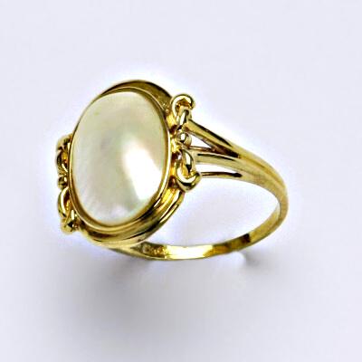Prsten žluté zlato, mořská půl perla Akoya, váha 3,20 g, vel.52