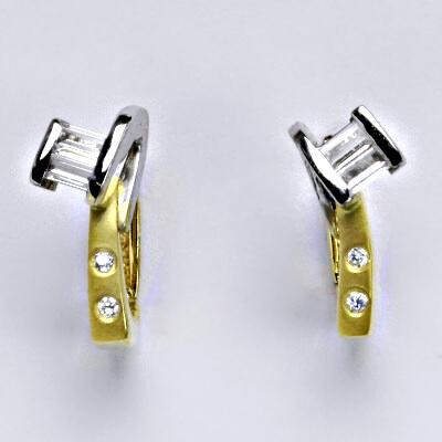 Zlaté náušnice, kombinace bílé a žluté zlato, syntetický zirkon, zapínání na patent, váha 4,44 g